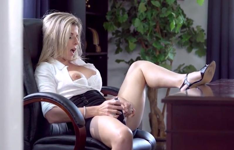 Cory Chase se masturba en el despacho antes de un anal