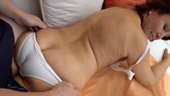 Friki virgen tiene la suerte de follarse a su tía… ¡qué culo tiene!